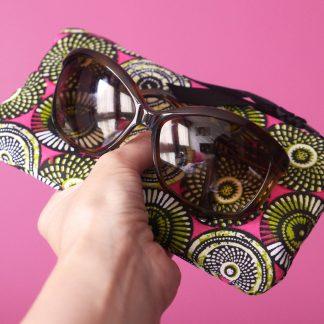 Étui lunettes tissu ethnique motifs inspiration wax rose fuchsia vert anis pistache graphique éventail - Julie & COo