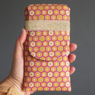 Housse iPhone rétro graphique tissu géométrique hexagones étui téléphone portable samsung rose jaune - Julie & COo