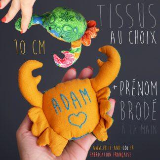 Doudou crabe peluche fait main unique broderie prénom à personnaliser tissu au choix fabrication française cadeau naissance bébé animal mer aquatique - Julie & COo