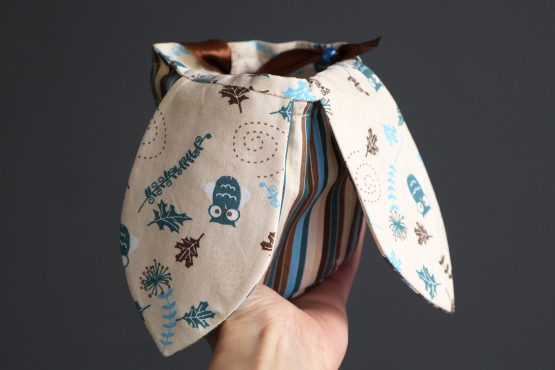 Pochon lapin de Pâques grandes oreilles petit sac enfant chasse aux oeufs tissu réversible bleu pétrole marron rayé chouette chocolat - Julie & COo