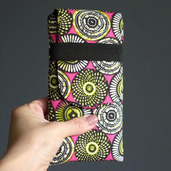 Housse iPhone Xs Max Samsung S10+ tissu wax ethnique graphique rosaces rose fuchsia vert anis élastique noir - Julie & COo