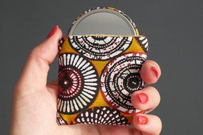 Miroir de poche rond 56mm tissu inspiration wax rosace graphique jaune curry noir étui polaire beige chamois - Julie & COo