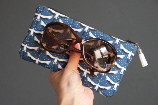 Étui à lunettes en tissu motifs grues du Japon bleu pétole noir blanc jaune curry zip pompon - Julie & COo