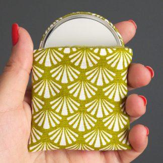 Miroir de poche petit cadeau femme accessoire rond 56 mm tissu graphique éventail blanc vert pistache étui protection polaire - Julie & COo