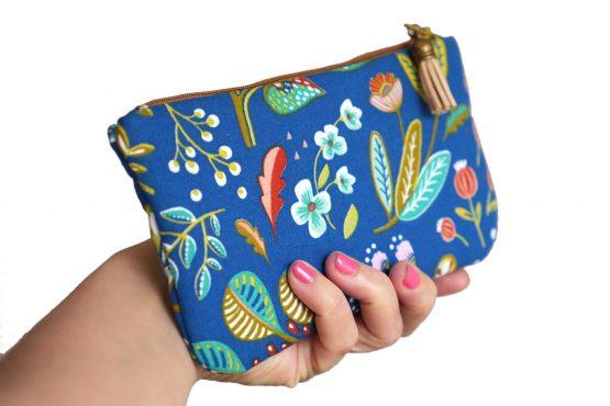 Étui à lunettes femme Ancolie tissu fleuri coloré bleu portefeuille fleurs feuilles rouge jaune turquoise doublure cotillons zip marron pompon trousse pochette cadeau - Julie & COo