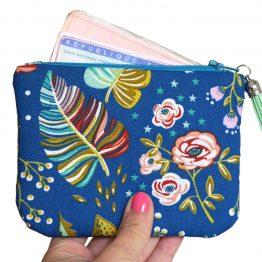 Grand porte-monnaie femme Ancolie tissu fleuri coloré bleu carte identité fleurs feuilles rouge jaune turquoise doublure cotillons zip pompon trousse pochette cadeau - Julie & COo