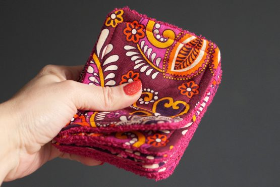 Lingettes lavables démaquillantes fait main tissu cotonethnique fleurs arabesques coloré rose orange violet éponge fuchsia doux écologique zéro déchet - Julie & COo