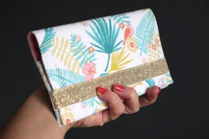 Porte-chequier cadeau femme accessoire tissu motifs tropicaux feuille palmier fleur hibiscus oiseau coloré pastel corail blanc élastique doré brillant - Julie & COo