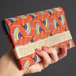 Porte-chéquier en tissu coloré graphique éventail orange bleu pétrole couverture carnet de chèques cadeau femme fermeture élastique doré brillant - Julie & COo