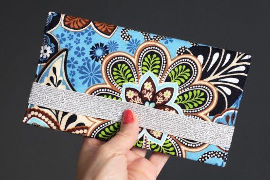 Porte-chequier en tissu fait main coloré fleurs bleu turquoise vert anis feuille bleu marine fermeture élastique argent brillant - Julie & COo