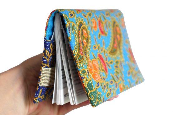 Porte-chéquier en tissu original fait main batik ethnique fleurs bleu turquoise rouge orange pochette élégante femme élastique doré protège carnet de chèques - Julie & COo