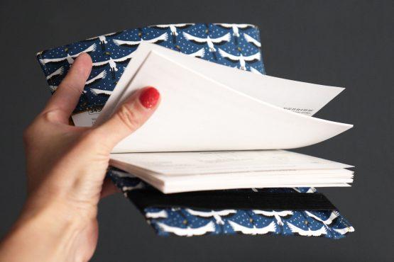 Porte-chéquier tissu motifs graphiques oiseau grues du japon blanc bleu noir jaune curry accessoire cadeau femme protège carnet de chèques - Julie & COo