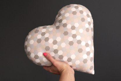 Coussin coeur décoration cocooning tissu fait main graphique hexagone pastel rose poudré gris marron taupe bi matière cadeau femme amour saint valentin - Julie & COo