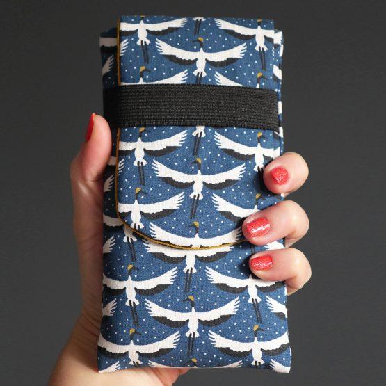 Housse protection iPhone Xs / Xs Max Samsung S9 / S9+ en tissu motifs graphiques grues du Japon noir et blanc sur fond bleu pétrole jaune curry fermeture élastique - Julie & COo