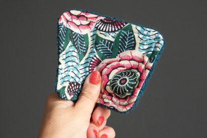 Lingettes zéro déchet tissu wax dahlia vert mauve rose multicolore fleur ethnique lavable réutilisable éponge absorbant bleu pétrole - Julie & COo
