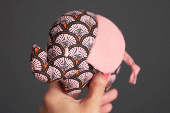 Petit éléphant peluche doudou tissu fait main écailles graphique cadeau bébé naissance fille handmade - Julie & COo