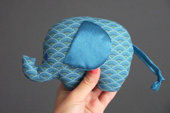 Petit éléphant peluche doudou tissu fait main écailles graphique cadeau bébé naissance garçon handmade - Julie & COo