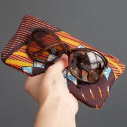 Étui lunettes wax tissu graphique ethnique géométrique losanges fleurs ocre turquoise jaune curry moutarde zip terre cuite pompon bronze pochette trousse cadeau coloré femme saint valentin - Julie & COo
