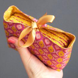 Lot de petites lingettes lavables handmade tissu éponge et coton rétro géométrique rose magenta jaune curry écologique démaquillantes fait main coloré doux zéro déchet - Julie & COo