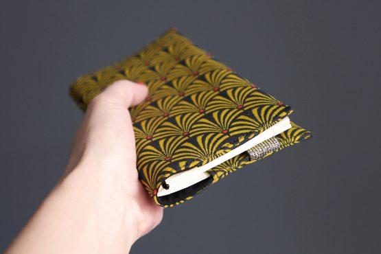 Agenda 2019 femme couverture tissu éventail japonais semainier carnet notes jaune moutarde noir élastique fermeture doré brillant cadeau rentrée organiseur rendez-vous répertoire - Julie & COo