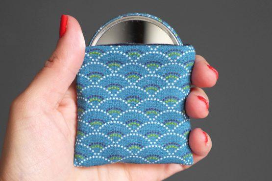 Miroir femme tissu écailles japonaise asiatique bleu pétrole marine pointillés cadeau fête des mères handmade unique étui protection - Julie & COo