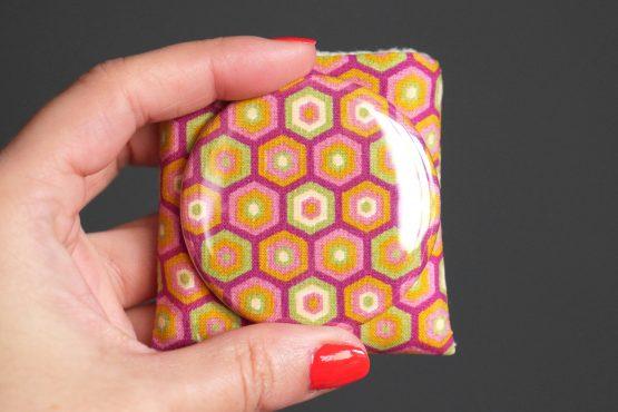 Petit miroir femme motifs géométrique hexagones couleurs rétro corail magenta étui polaire jaune pâle petit cadeau handmade pas cher - Julie & COo