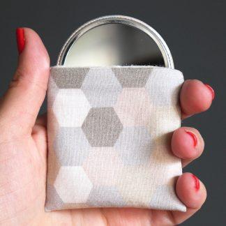 Miroir à main femme de poche rond tissu hexagones pastel géométrique rose poudré étui polaire petit cadeau pas cher handmade - Julie & COo