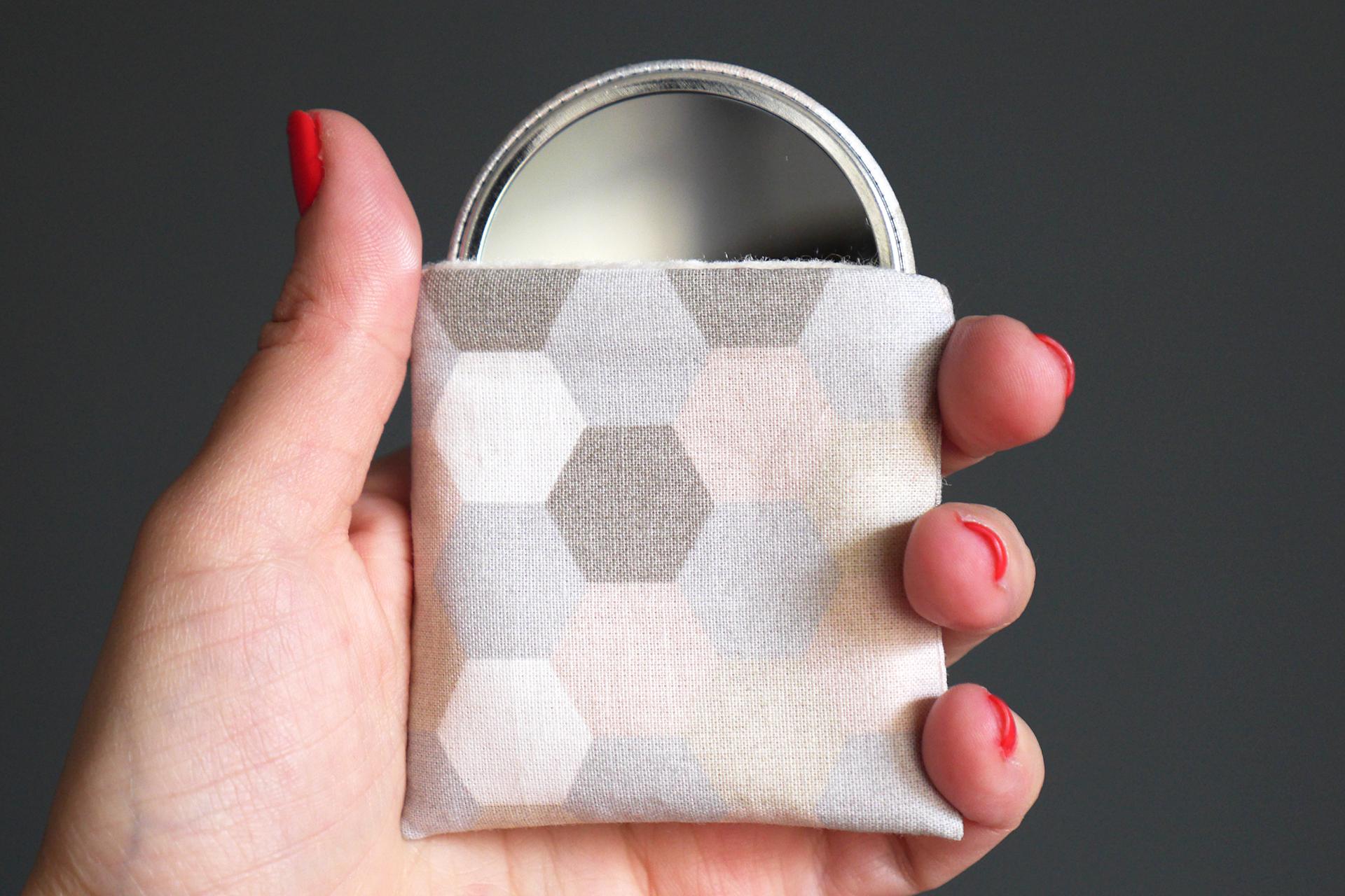 miroir main femme rond petit cadeau f te des m res tissu. Black Bedroom Furniture Sets. Home Design Ideas