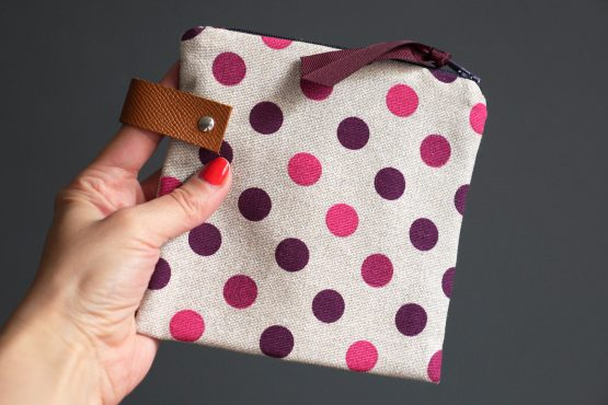 Trousse femme maquillage pois rose fuchsia violet beige pochette rangement voyage passeport carrée fait main cuir unique - Julie & COo