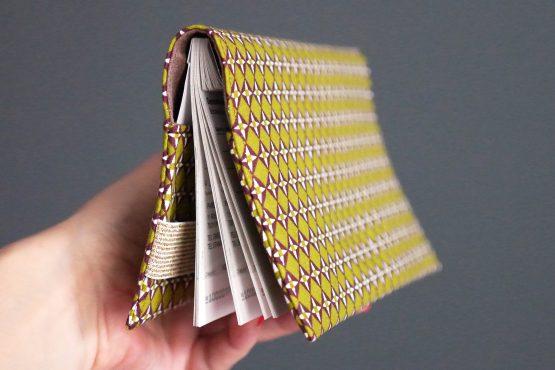 Porte-chéquier tissu graphique losanges étoiles vert pistache marron élastique doré pochette femme sac cadeau fête des mères original - Julie & COo