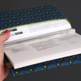 Protège carnet de chèque tissu handmade motifs graphique écailles japonais ethnique bleu pétrole vert pistache marine porte-chéquier style femme élastique doré - Julie & COo