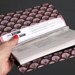 Protège carnet de chèque tissu handmade motifs graphique écailles japonais ethnique rose noir orange porte-chéquier style femme - Julie & COo