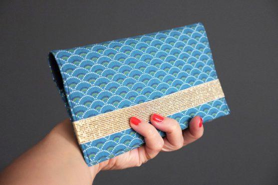 Porte-chéquier tissu écailles japonaises graphique bleu marine élastique doré brillant or pochette femme sac cadeau fête des mères original - Julie & COo
