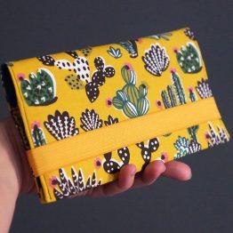 Protège carnet de chèques en tissu exotique cactus vert sapin jaune soleil élastique pochette femme porte-chéquier sac accessoire cadeau fête des mères - Julie & COo