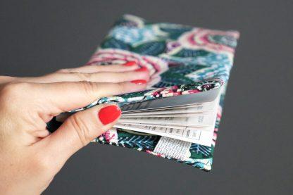Porte-chéquier en tissu original fait main inspiration wax dahlia feuilles bleu turquoise rose fuchsia vert prune pochette élégante femme élastique argenté protège carnet de chèques - Julie & COo
