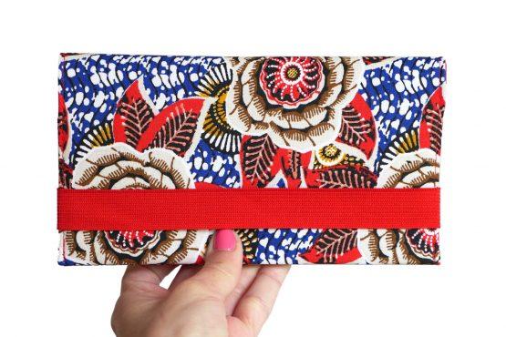 Porte-chéquier en tissu original fait main inspiration wax dahlia feuilles rouge bleu pochette élégante femme élastique doré protège carnet de chèques - Julie & COo