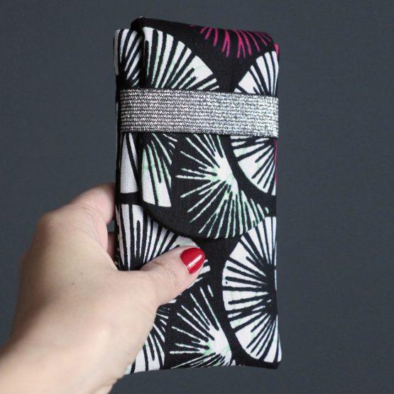 Housse iPhone Xs wax original noir rose fuchsia blanc graphique fleur pochette téléphone samsung tissu fait main ethnique - Julie & COo