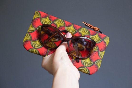 Étui à lunettes femme en tissu trousse graphique wax rouge jaune moutarde noir zip ruban pochette été style - Julie & COo