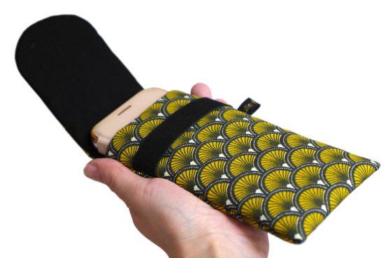 Housse iPhone Apple 11 pro étui tissu écailles japonaises graphique jaune et noir téléphone portable samsung S10 fermeture élastique - Julie & COo