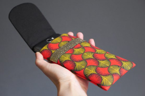 Housse téléphone iPhone Xs Max Samsung s10+ Huawei P30 Pro tissu style wax graphique rouge jaune moutarde noir fermeture élastique doré unique original handmade femme - Julie & COo