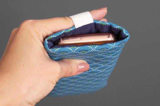 Housse iPhone Xs samsung s10 téléphone portable tissu graphique écailles japonaises bleu marine fait main élastique or - Julie & COo