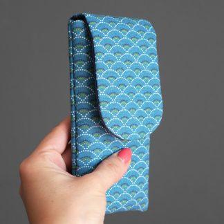 Housse iPhone Xs samsung s10 téléphone portable tissu graphique écailles japonaises bleu marine fait main - Julie & COo