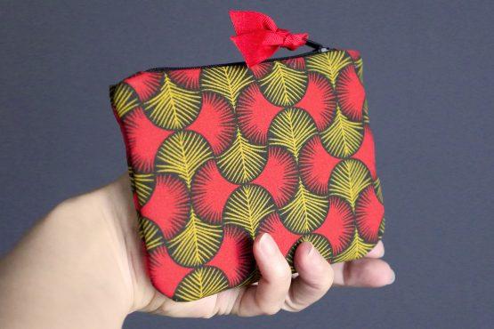 Grand porte-monnaie femme en tissu format carte identité graphique wax rouge jaune moutarde noir zip ruban trousse pochette style - Julie & COo