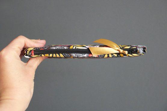 Étui à lunettes femme tissu japonais nagoya trousse rangement zippée fleurs rouge terracotta jaune ocre zip noir ruban doré satin pochette cadeau fête des mères - Julie & COo