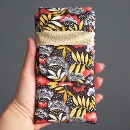 Housse iPhone Xs Max téléphone Samsusng S10+ femme tissu nagoya japonais pochette smartphone fleurs rouge terracotta jaune ocre élastique doré noir or rabat cadeau - Julie & COo