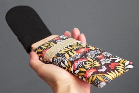 Housse iPhone Xs téléphone Samsusng S10 femme tissu nagoya japonais pochette smartphone fleurs rouge terracotta jaune ocre élastique doré noir or rabat cadeau - Julie & COo