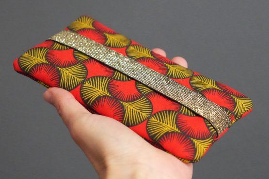 Housse téléphone iPhone Xs Max Samsung s10+ Huawei P30 Pro femme fermeture sans rabat élastique doré tissu esprit wax graphique rouge jaune moutarde noir unique original handmade - Julie & COo