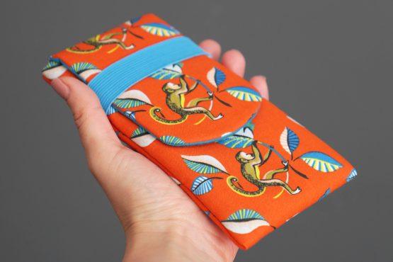 Housse de téléphone portable iPhone Xs Max Samsung S10+ Huawei P30 Pro tissu ouistiti orange bleu turquoise feuilles exotique fait main original - Julie & COo