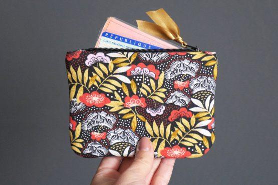 Grand porte-monnaie femme nagoya japonais carte identité tissu fleurs rouge terracotta jaune ocre zip noir ruban doré satin trousse pochette cadeau fête des mères - Julie & COo