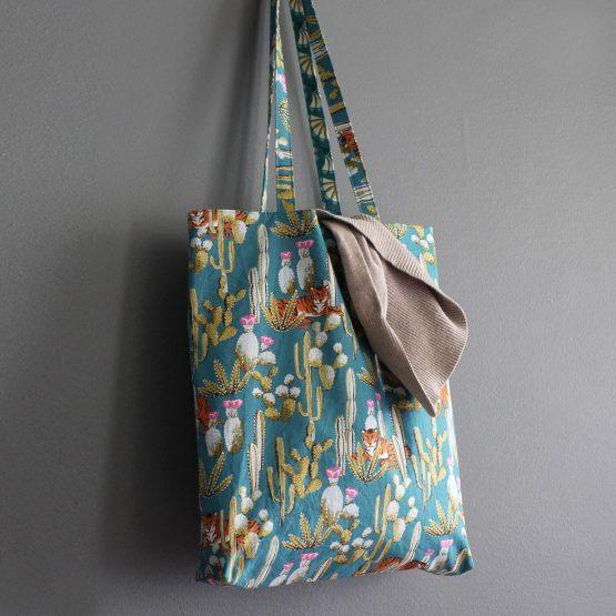 Tote bag femme réversible en tissu bleu turquoise motifs exotique tigres cactus fleurs éventail graphiquesac shopping cadeau fait main - Julie & COo